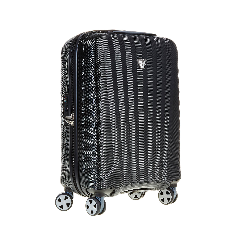 Černý cestovní kufr na kolečkách