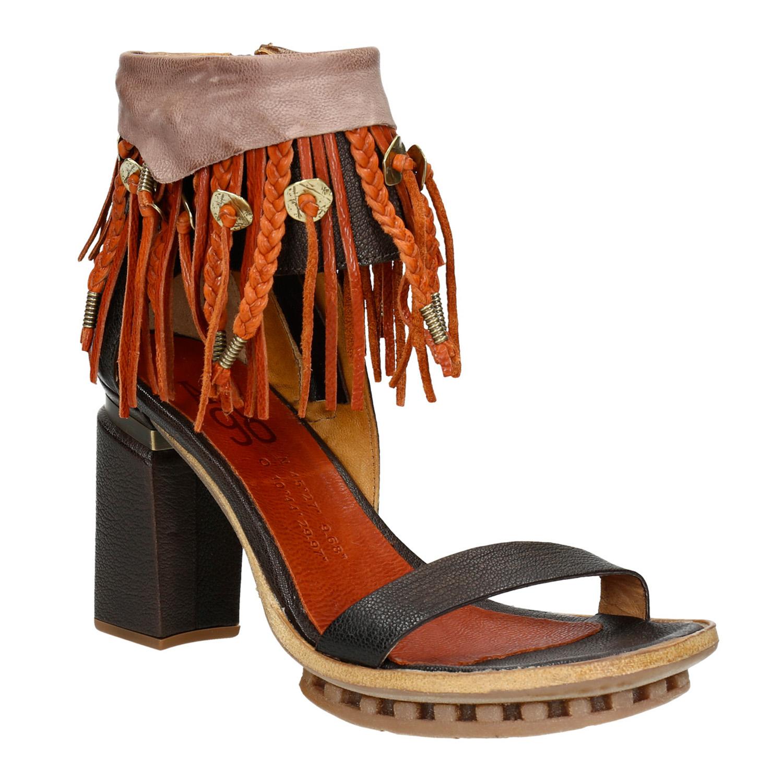 Sandály na podpatku s třásněmi